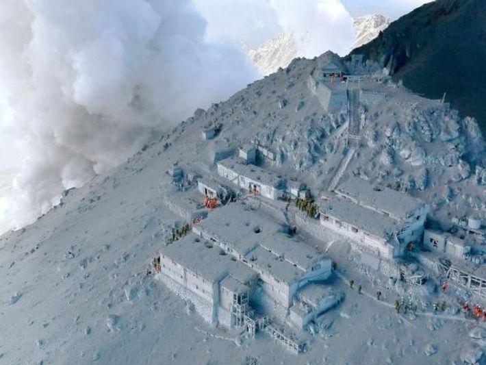 Equipos de rescate en los refugios de montaña durante la erupción