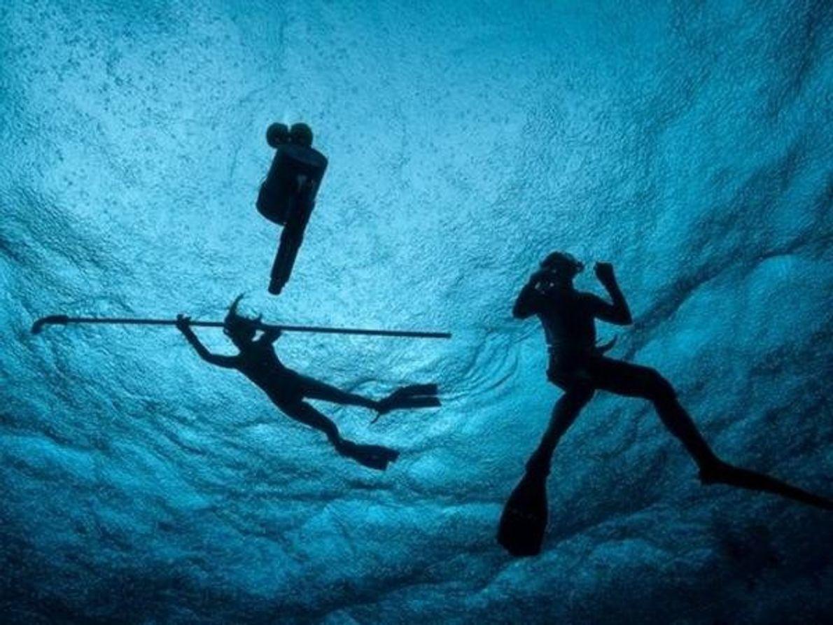 Una tormenta tropical no impide que expertos de la Universidad de Stanford analicen el agua del atolón …