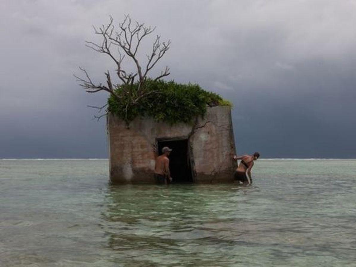 Unos investigadores examinan el techo de un búnker de la marina estadounidense en el extremo noreste del …