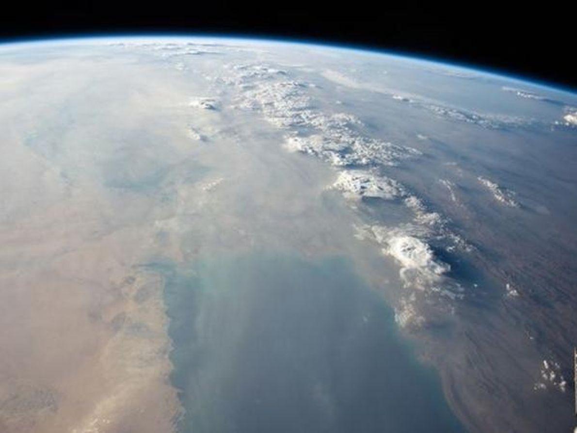 Una enorme tormenta de polvo oscurece las azules aguas del golfo Pérsico en esta imagen del 6 …