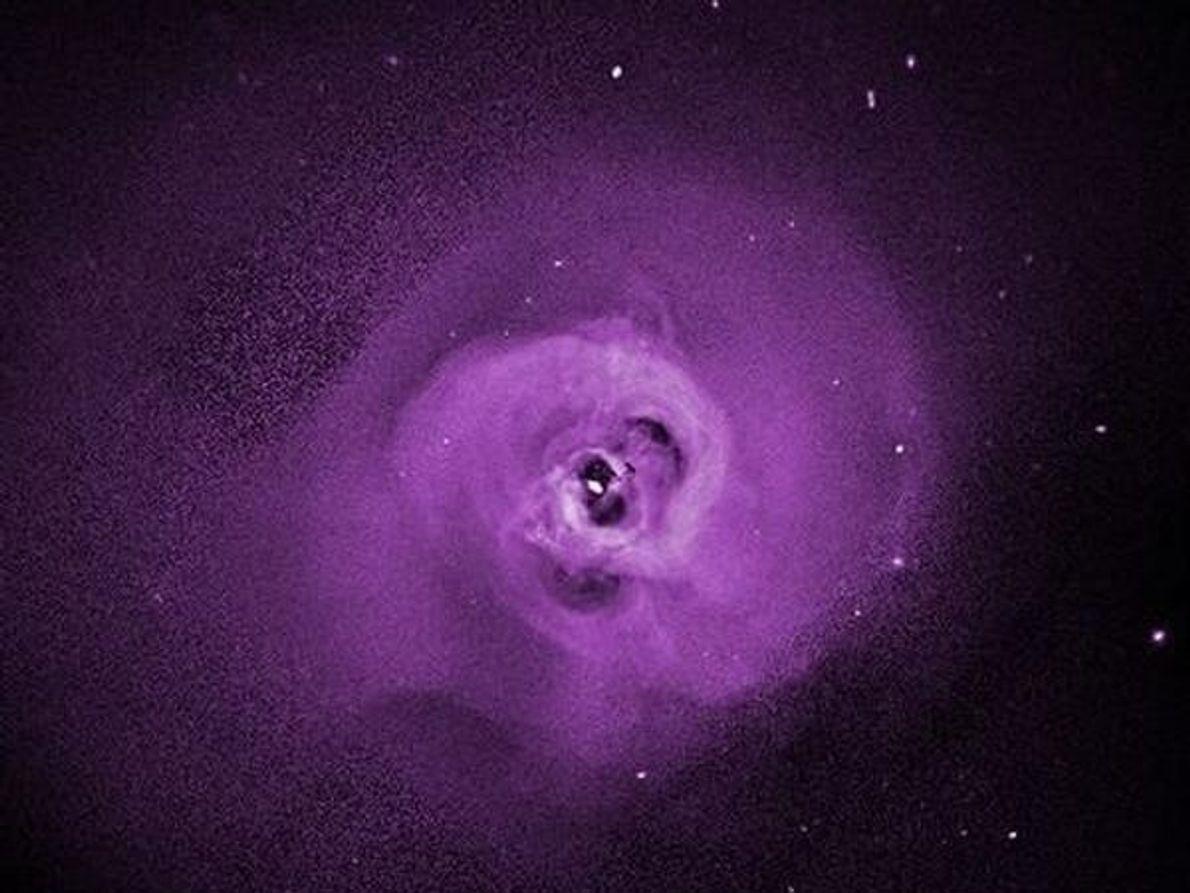 Gas caliente se arremolina formando un torbellino color púrpura en esta imagen del cúmulo de Perseo …