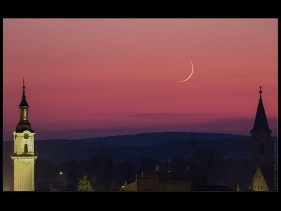 Saturno y la Luna disfrutan de un momento de intimidad en Hungría.