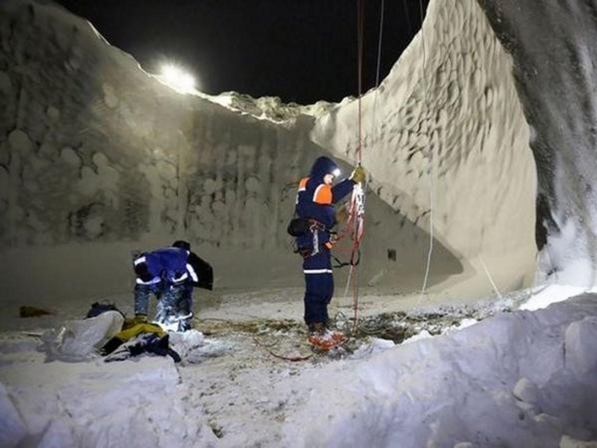El equipo tomó muestras del lago helado situado en el fondo del cráter. El lago tiene …