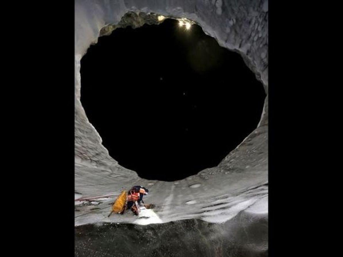 Un escalador de la expedición rusa trepa por una de las paredes del cráter. Los expertos …