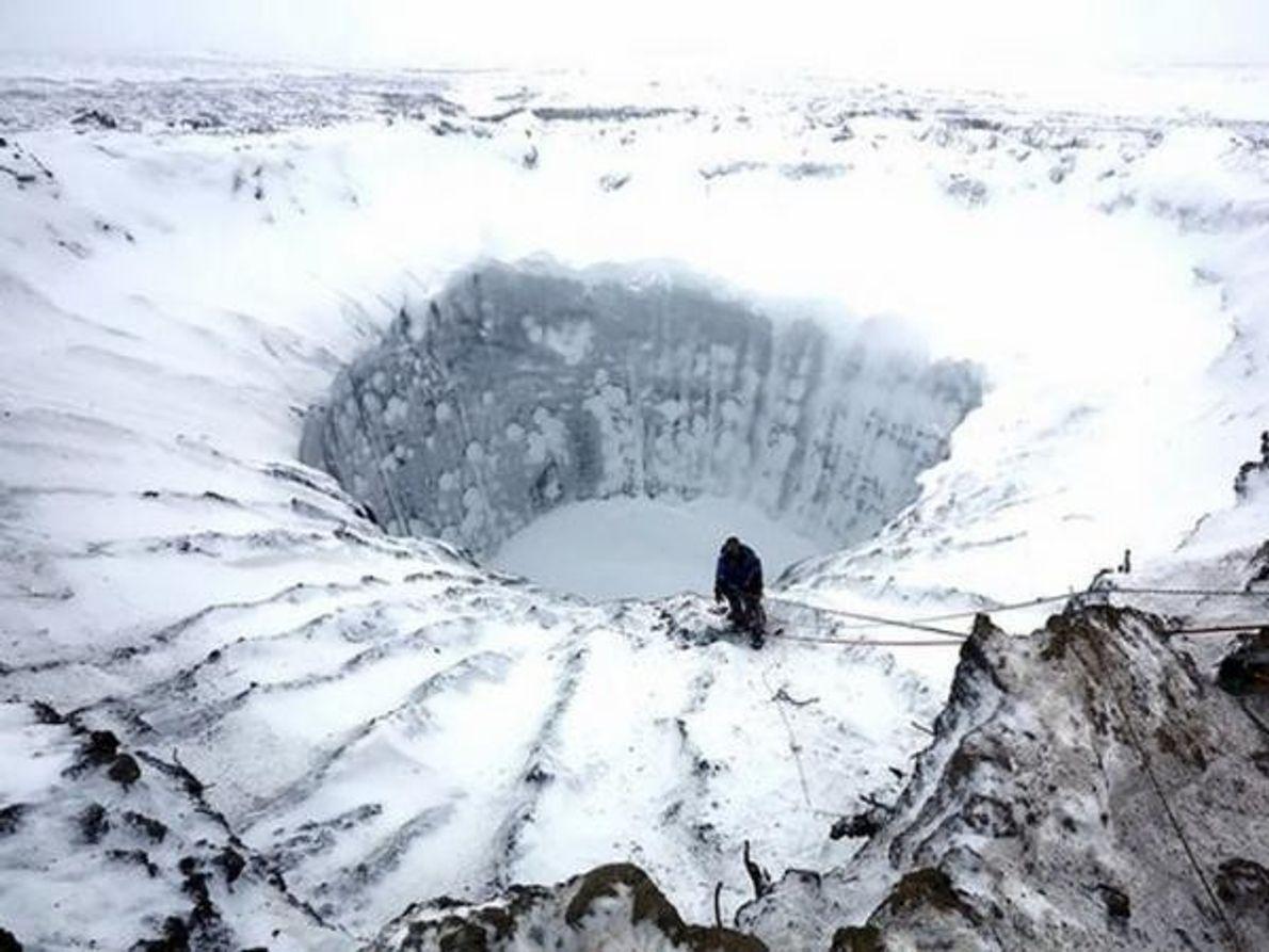Unas impactantes fotografías tomadas recientemente muestran el primer descenso a un misterioso cráter en Siberia, donde …