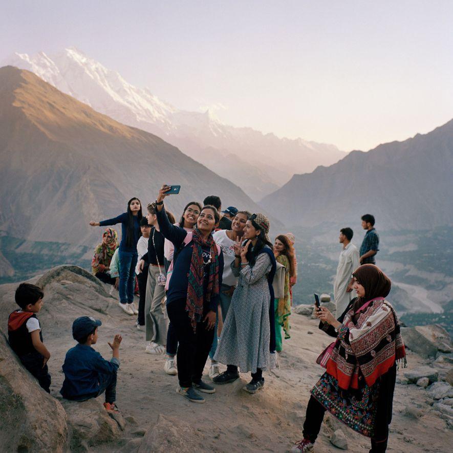 Unas turistas de Karachi se sacan un selfi frente a la cordillera del Karakórum en el valle de Hunza. Este grupo de mujeres jóvenes contó que habían venido aquí para «huir de la vida urbana».