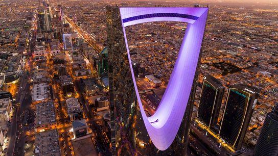 El Kingdom Centre, de 302 metros de alto, es un reflejo de su ciudad: Riad, la capital ...