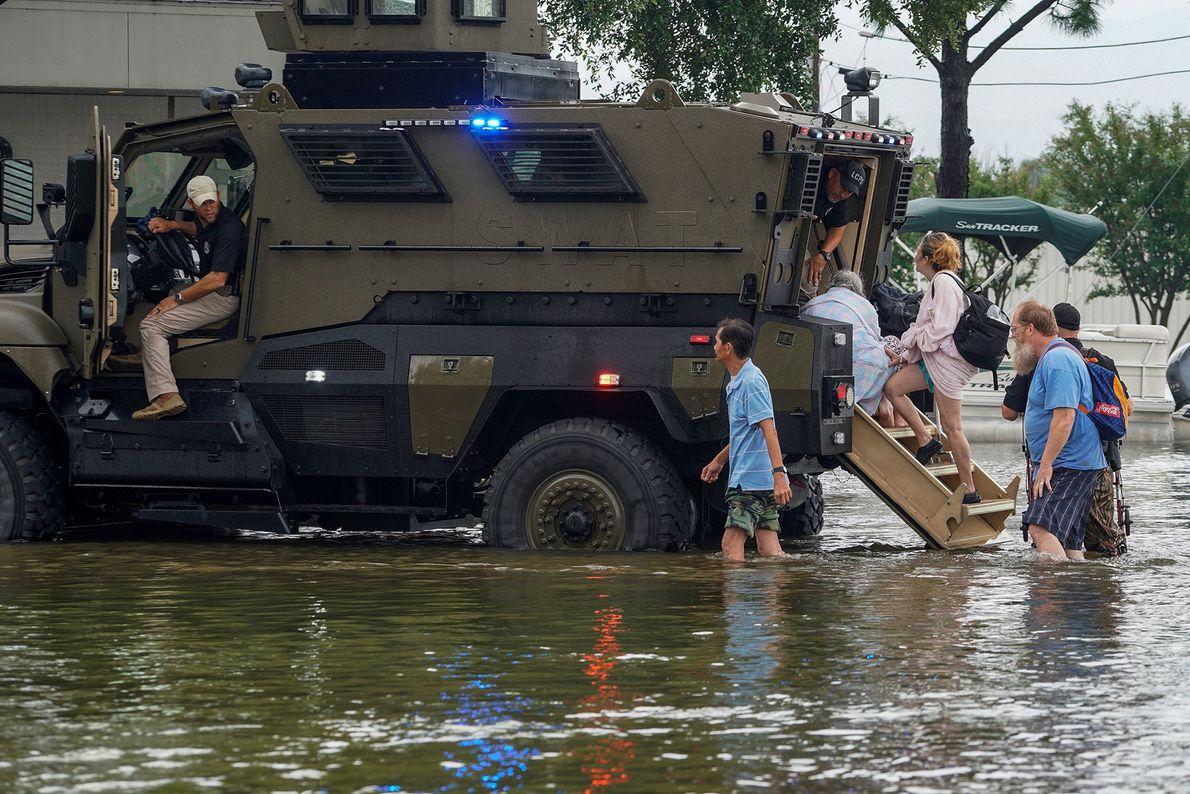 Rescate de personas atrapadas por las inundaciones