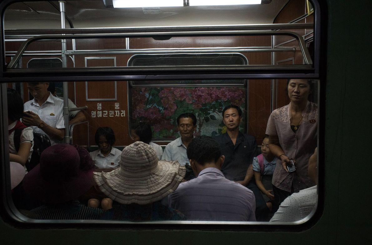 Viajeros en el metro en Piongyang