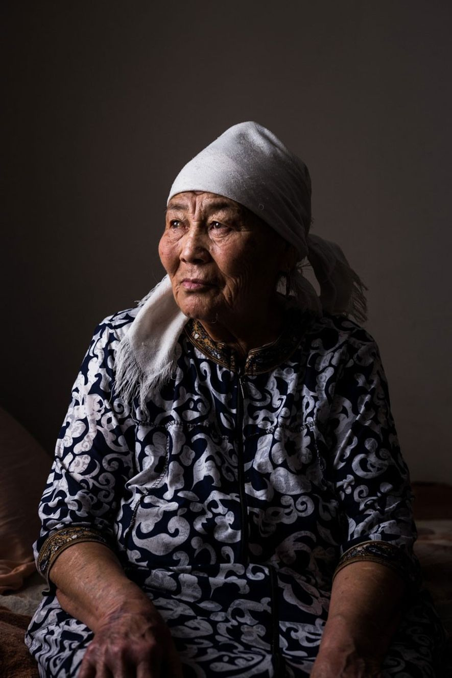 Kapiza Mukanova, que tiene cerca de 80 años, en su casa en la aldea de Saryzhal, ...