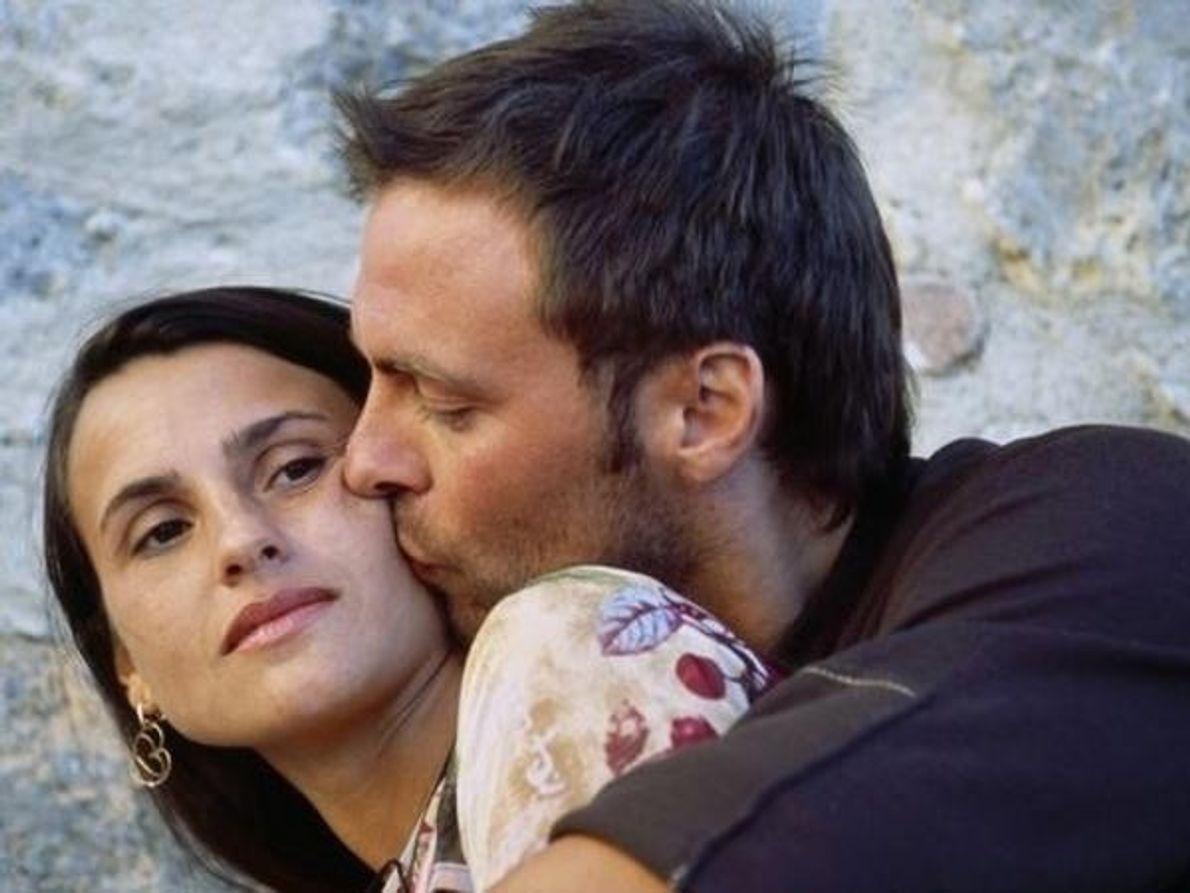 Un hombre besa a su pareja en la Toscana (Italia).[Ver: La matanza del día de San …