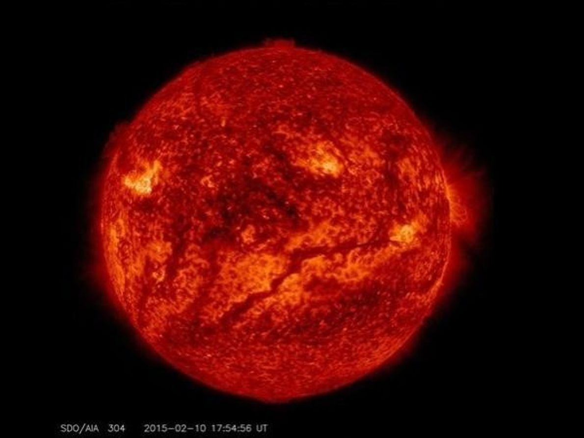 Una línea oscura atraviesa la parte inferior del Sol formando lo que parece otro rostro pero …