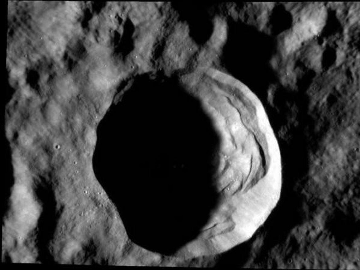 Un cráter de 20 kilómetros de diámetro en Mercurio parece un ojo que todo lo observa.[Ver: …