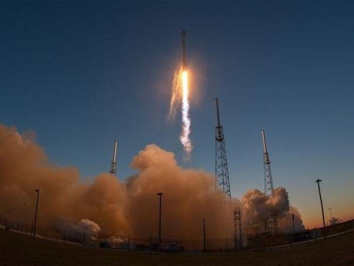 El cohete Space X Falcon 9 despega de la Estación de la Fuerza Aérea de Cabo …