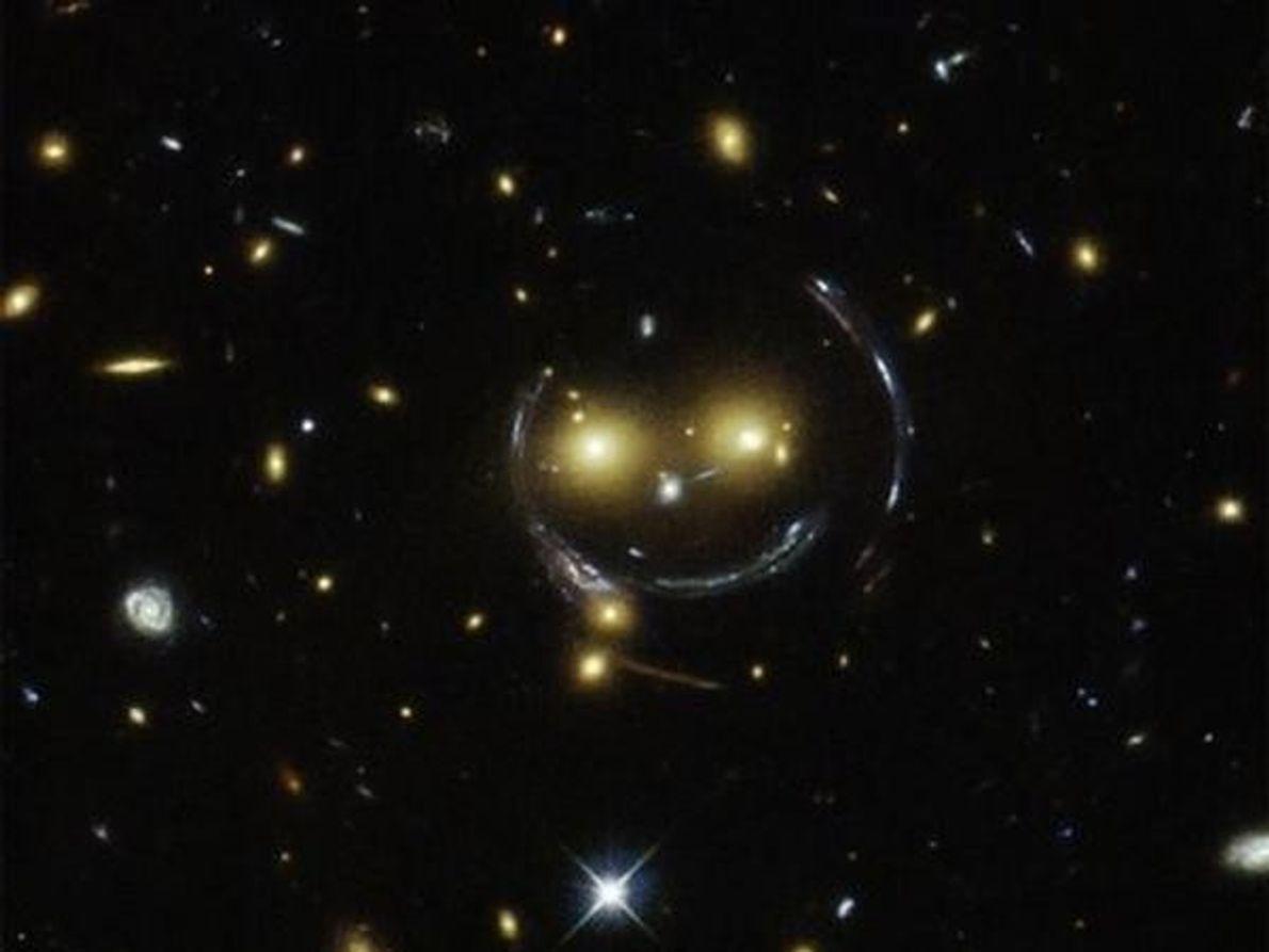 Una agrupación galáctica parece sonreír a la Tierra en esta imagen del telescopio espacial Hubble de …