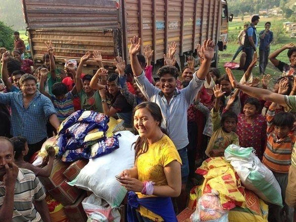 Distribuyendo alimentos