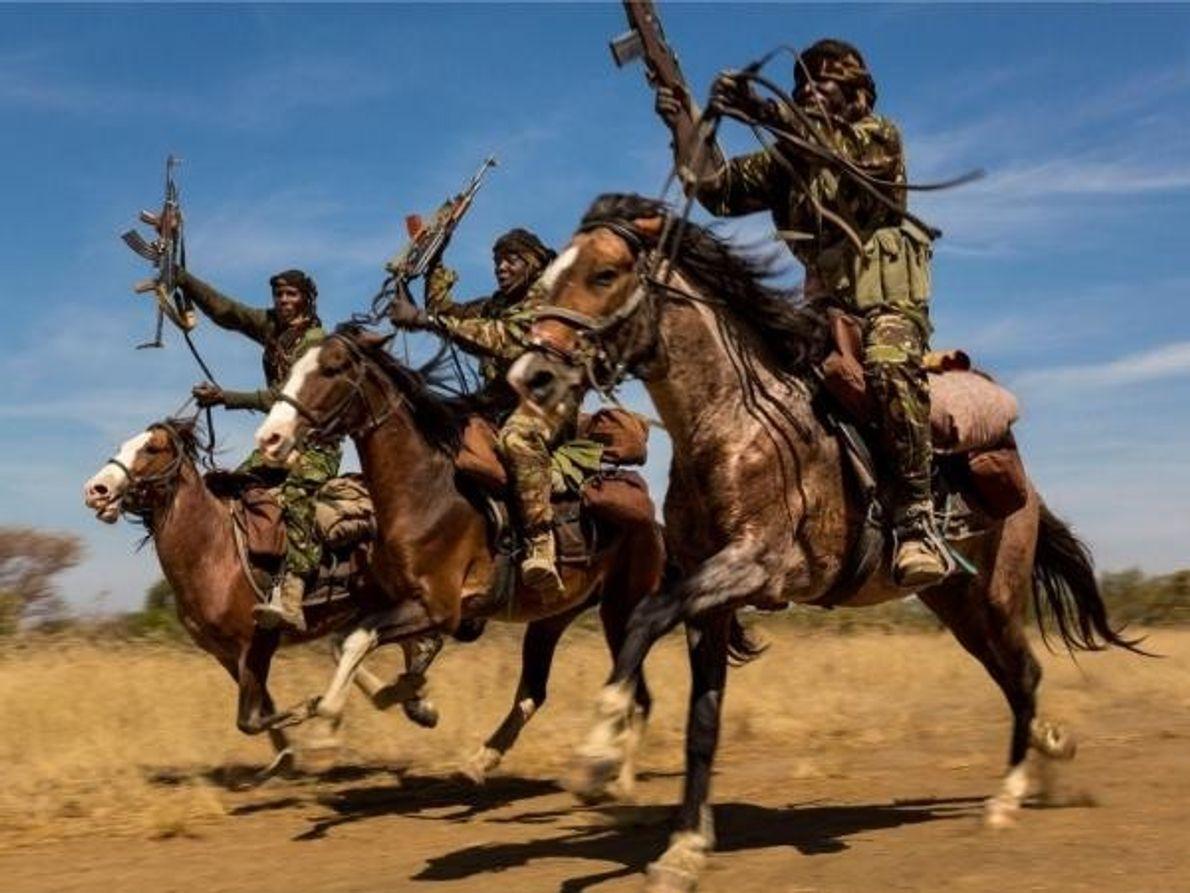 Rangers en el Parque Nacional de Zakouma en el Chad, donde demuestran sus habilidades para montar …