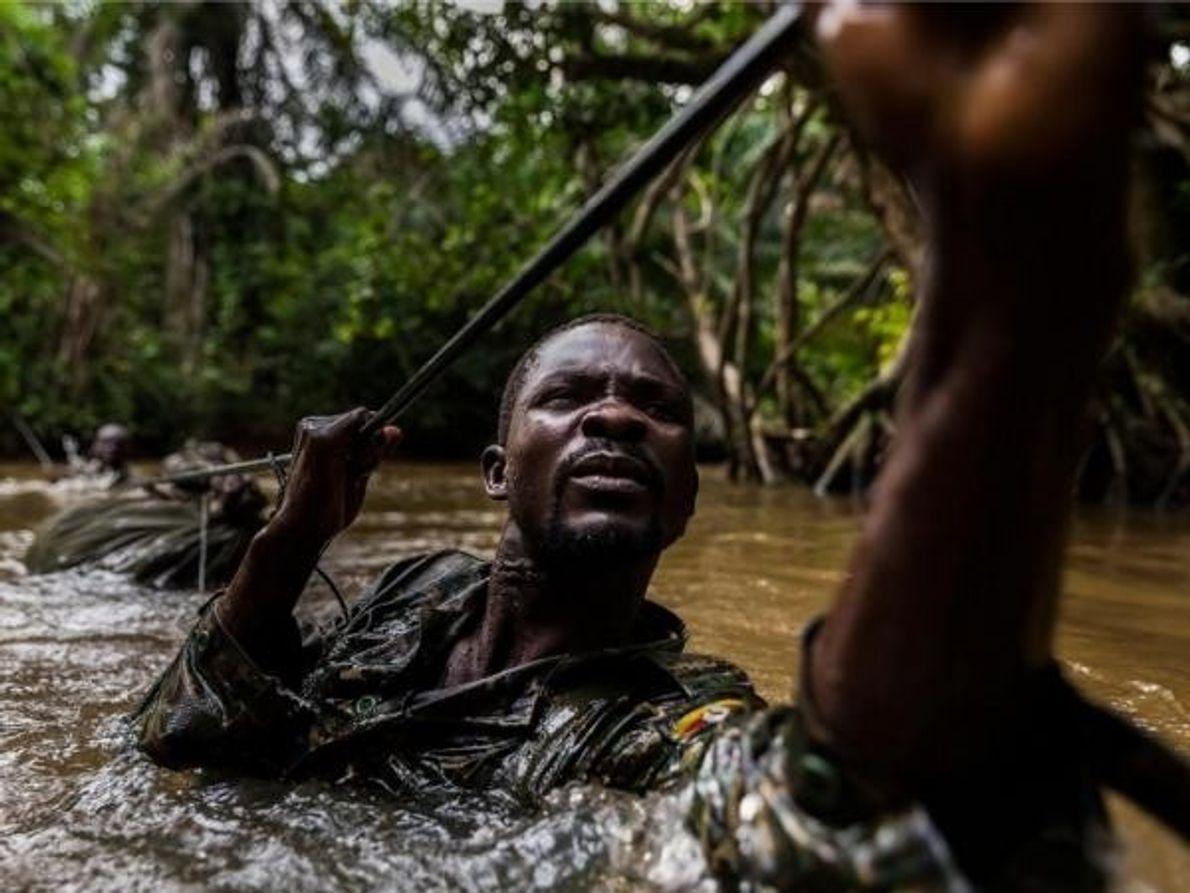 Soldados ugandeses cruzan unode los muchos ríos de la República Centroafricanamientras patrullan contra el Ejército de …