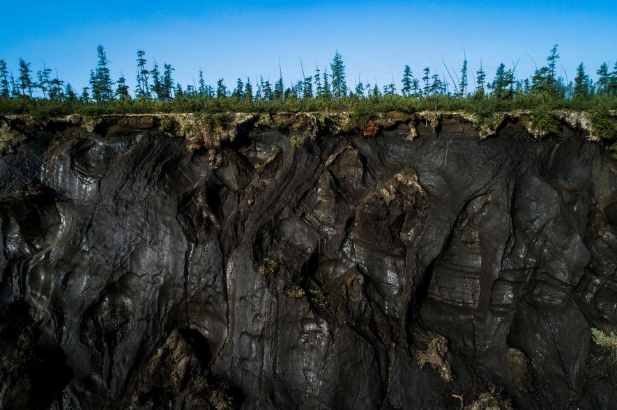 El permafrost puede verse en primer plano a lo largo del perímetro del cráter de Batagaika.
