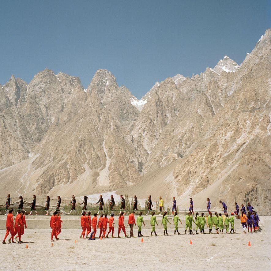 Los equipos de fútbol de las aldeas circundantes acuden al campo durante el torneo de fútbol.