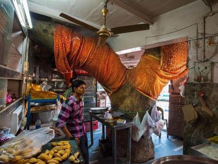 Santuario del árbol sagrado, azadirachta o lilo indio. Tienda Sardar Sweet, Benarés, India