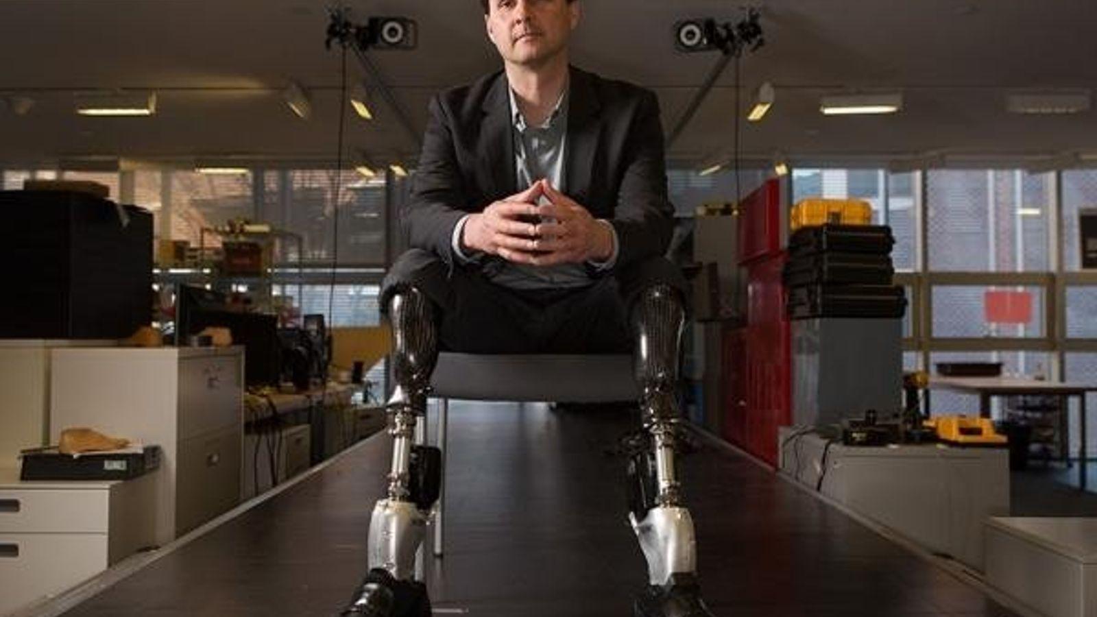 Hugh Herr posa con las piernas biónicas que él mismo creó