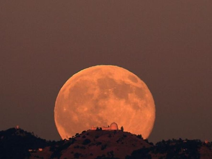 La Luna llena elevándose en el Observatorio de Lick, en California