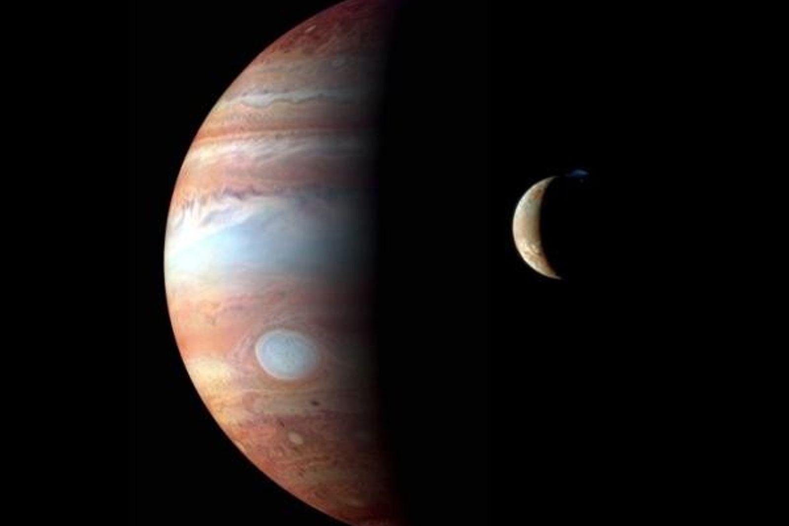 Montaje de imágenes tomadas por la nave New Horizons en el que observamos a Júpiter junto ...