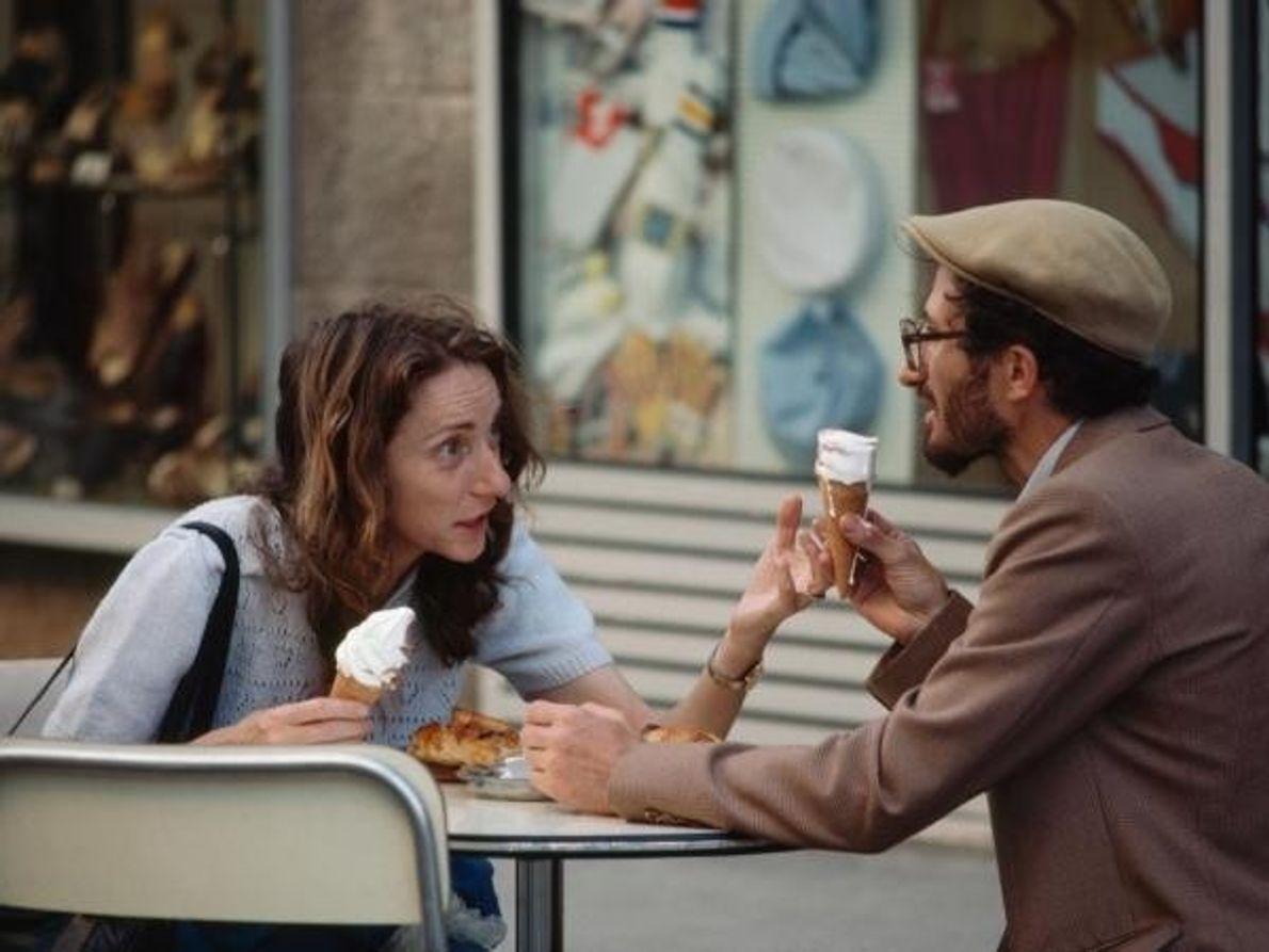 Dos amigos charlan mientras disfrutan de un cucurucho de helado en un café de Jerusalén.  …