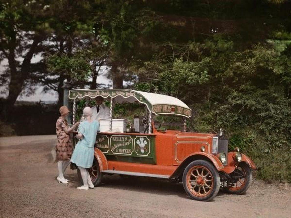 Un vendedor inglésofrece helado en su coche en Cornwall (Inglaterra) en 1928.Se estima que una sola …
