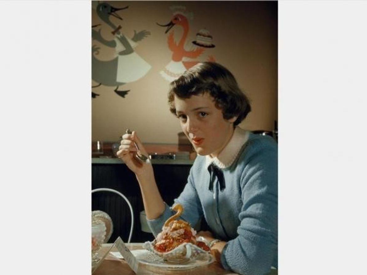 Una mujer se dispone a «atacar» un helado con forma de cisne en esta imagen de …