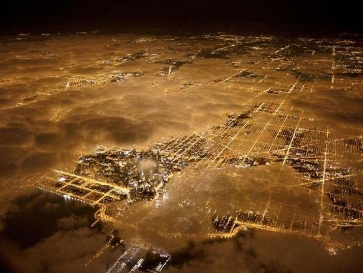 Las luces de Chicago brillan con fuerza por la noche, incluso bajo el manto de nubes. ...