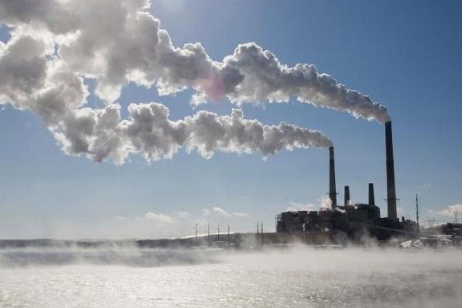 Emisiones de gases de las chimeneas de una fábrica que utiliza el carbón como fuente de ...