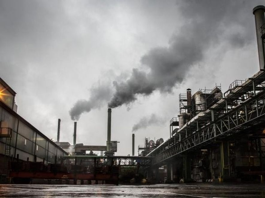 Las emisiones de gases de efecto invernadero son una de las causas del calentamiento global que ...