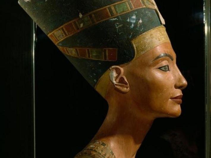 En el busto de Nefertiti, la faraona Egipcia, podrás observar su maquillaje. En el Antiguo Egipto ...