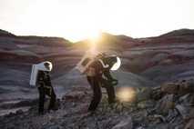 Los participantes del programa Mars Desert Research Station exploran el terreno que rodea sus instalaciones en ...