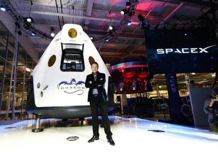 El director ejecutivo de SpaceX, Elon Musk, junto a la cápsula Dragon 2, diseñada para llevar ...