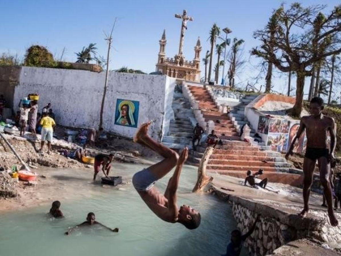 Niños nadando en Port Salut