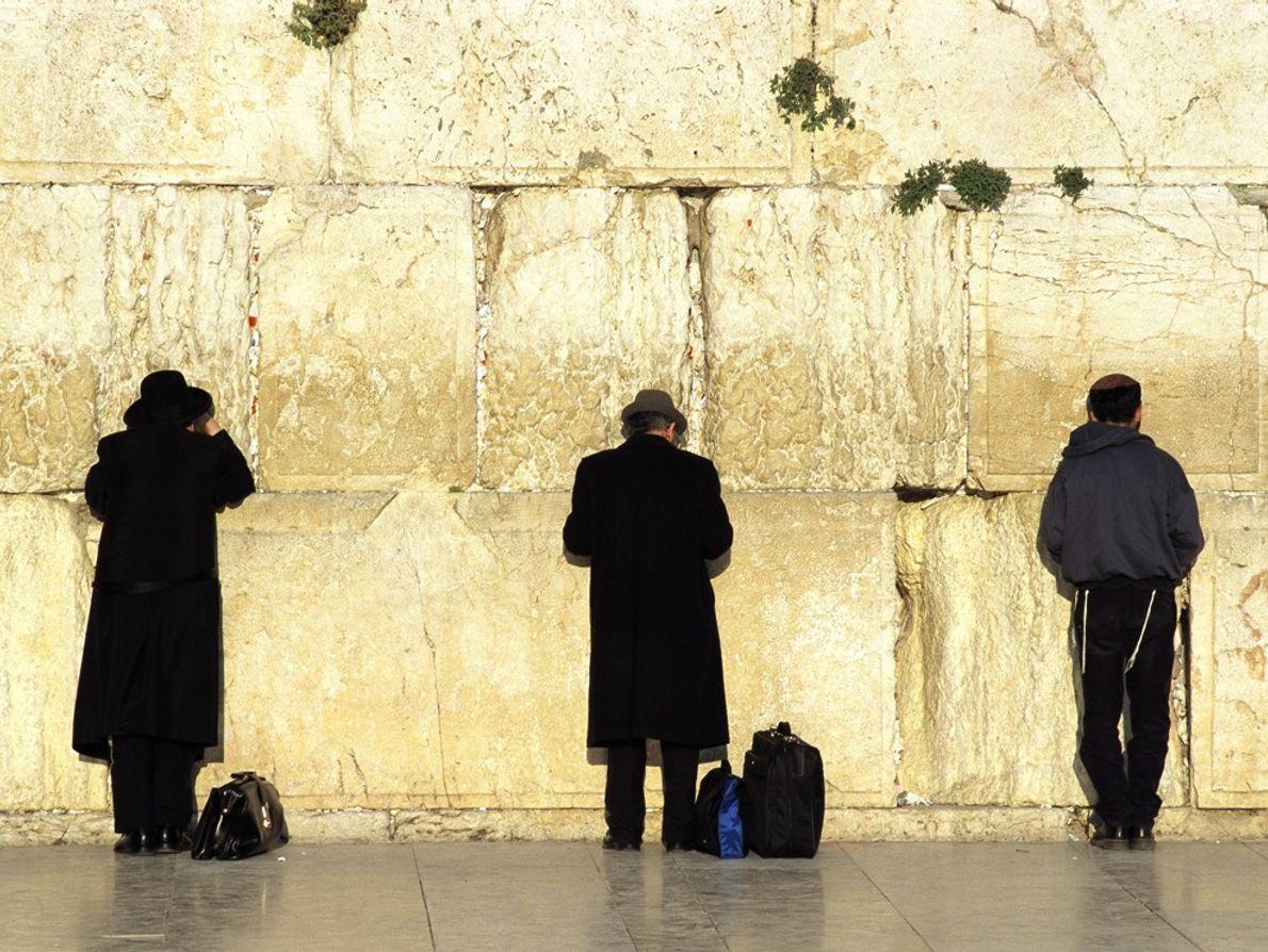 Hombres rezando