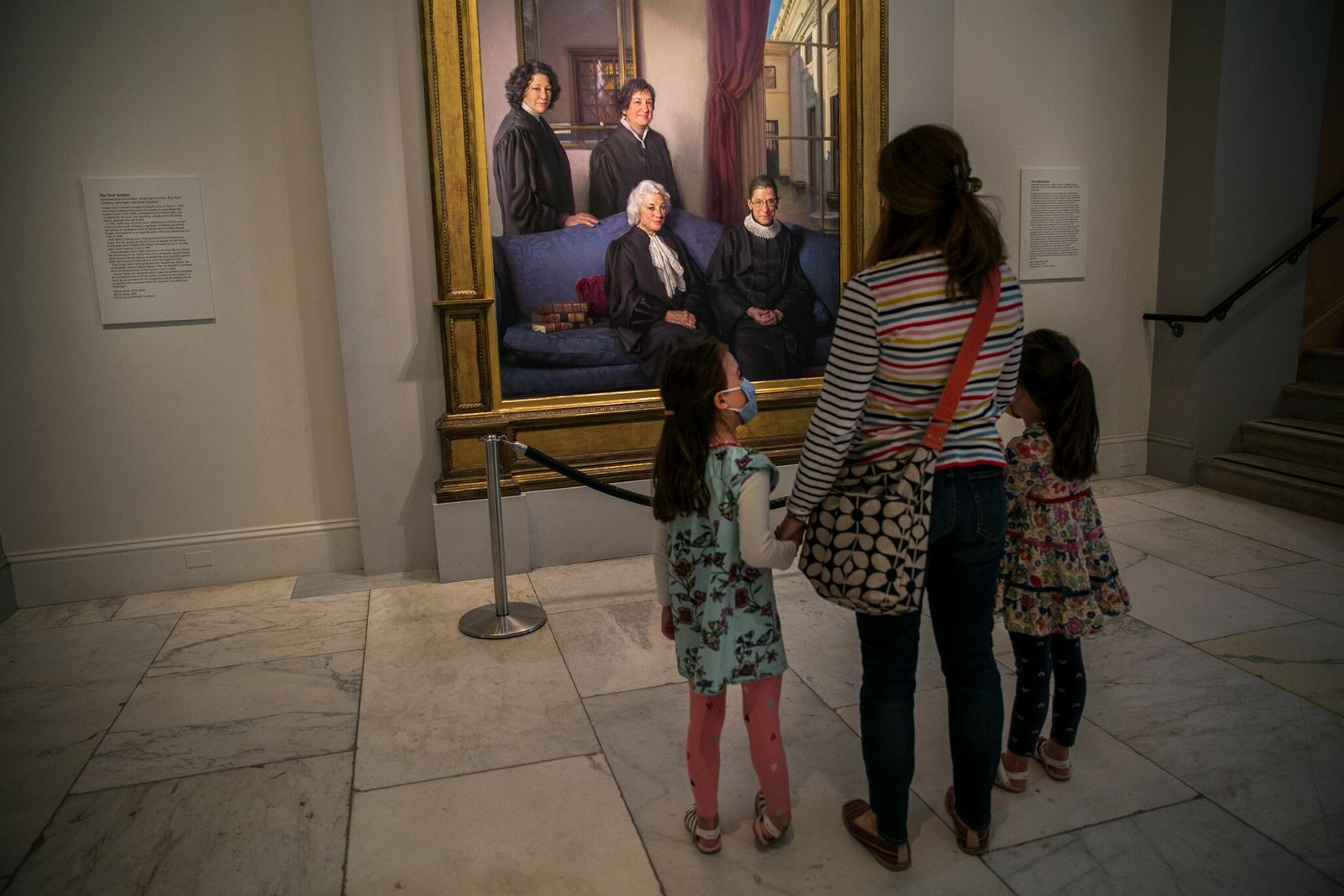 Lauren Stocker y sus hijas en la National Portrait Gallery