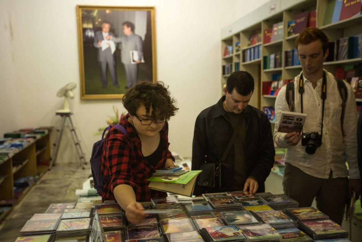 Turistas en una librería de lenguas extranjeras