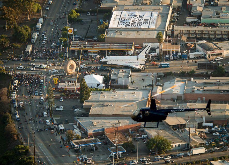 El transbordador espacial Endeavour, visto desde el dirigible de Goodyear, pasa frente a Randy's Donuts en ...