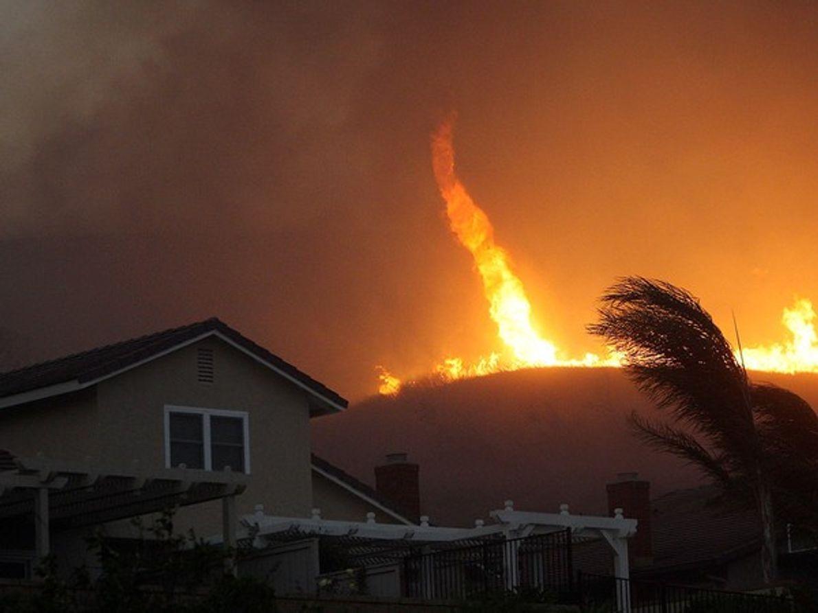 Un torbellino de fuego arrasó miles de hogares durante el incendio de Corona el 15 de …