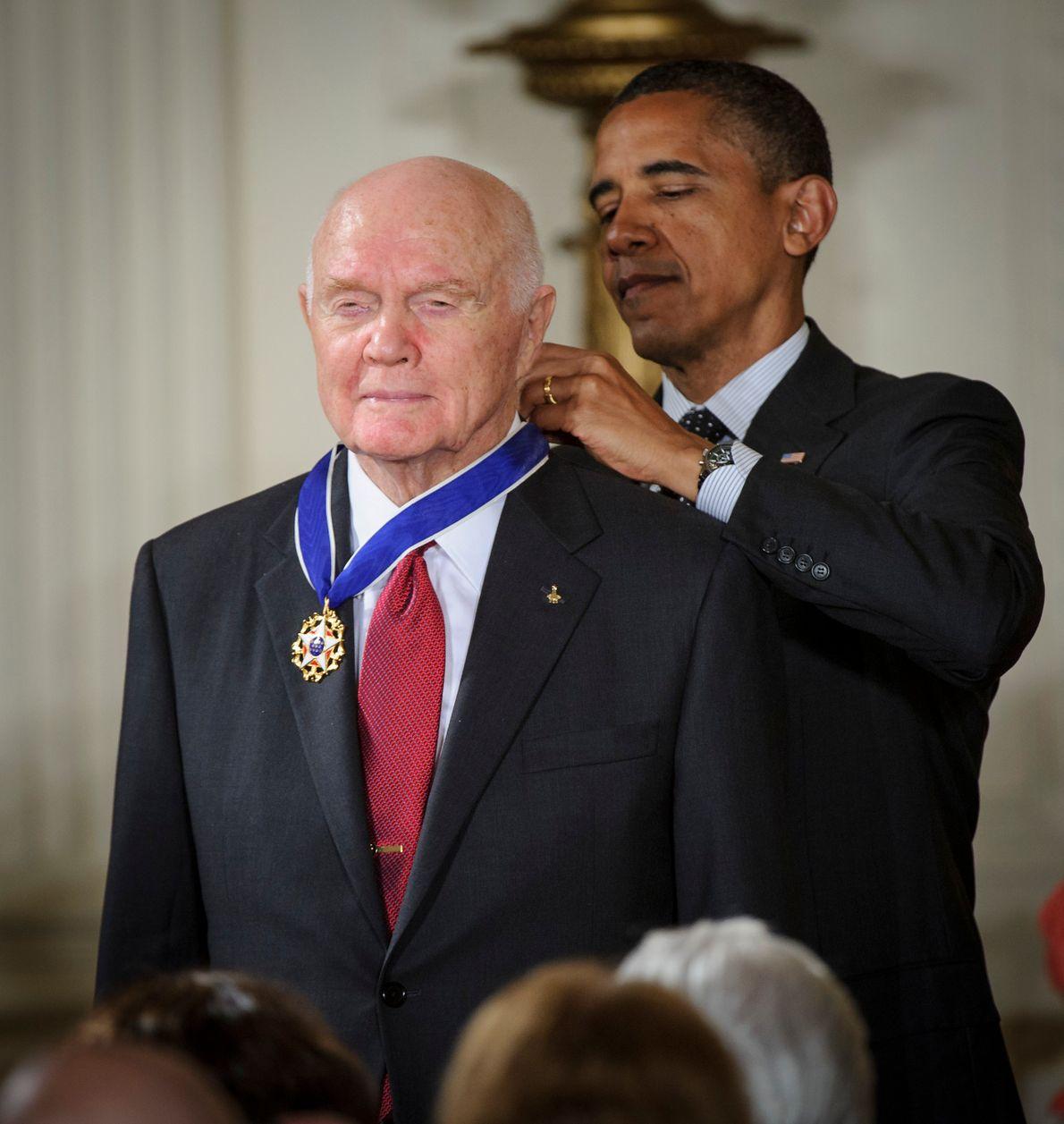 Barack Obama otorga a John Glenn la Medalla Presidencial de la Libertad