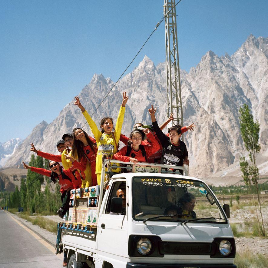Las adolescentes de Gulmit viajan en furgoneta tras un torneo de fútbol femenino que pretende promover la igualdad de género en el valle de Hunza del norte de Pakistán.