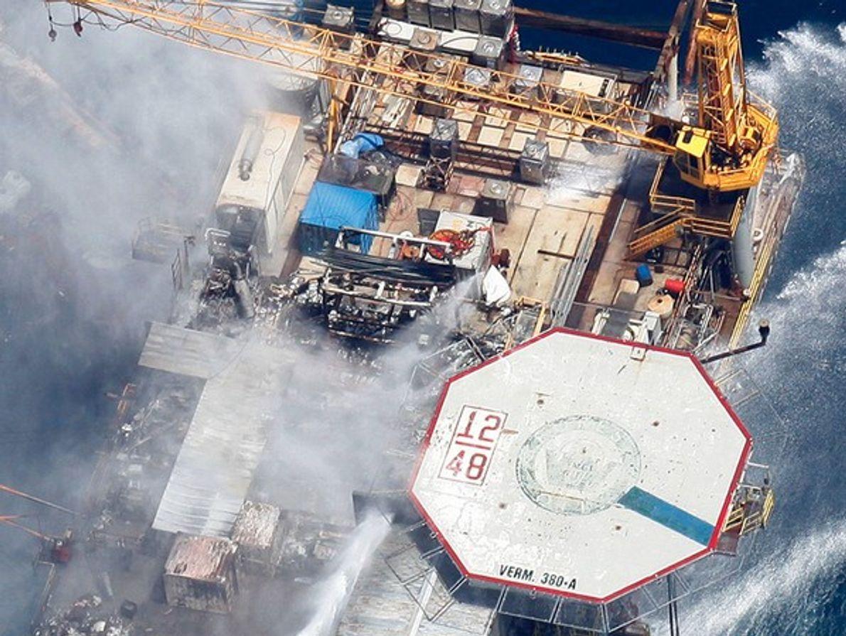 Buques apagando el fuego en la estación Mariner Energy estación petrolífera del Golfo de México.  La plataforma …