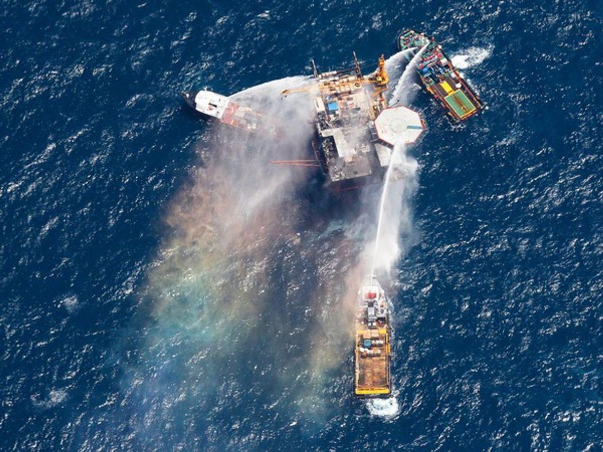 Embarcaciones disparan agua a la plataforma petrolífera Vermilion 380- A durante el pasado martes. La perforadora …