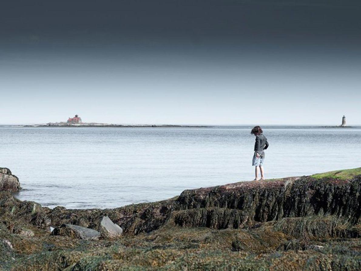 Niño junto al océano