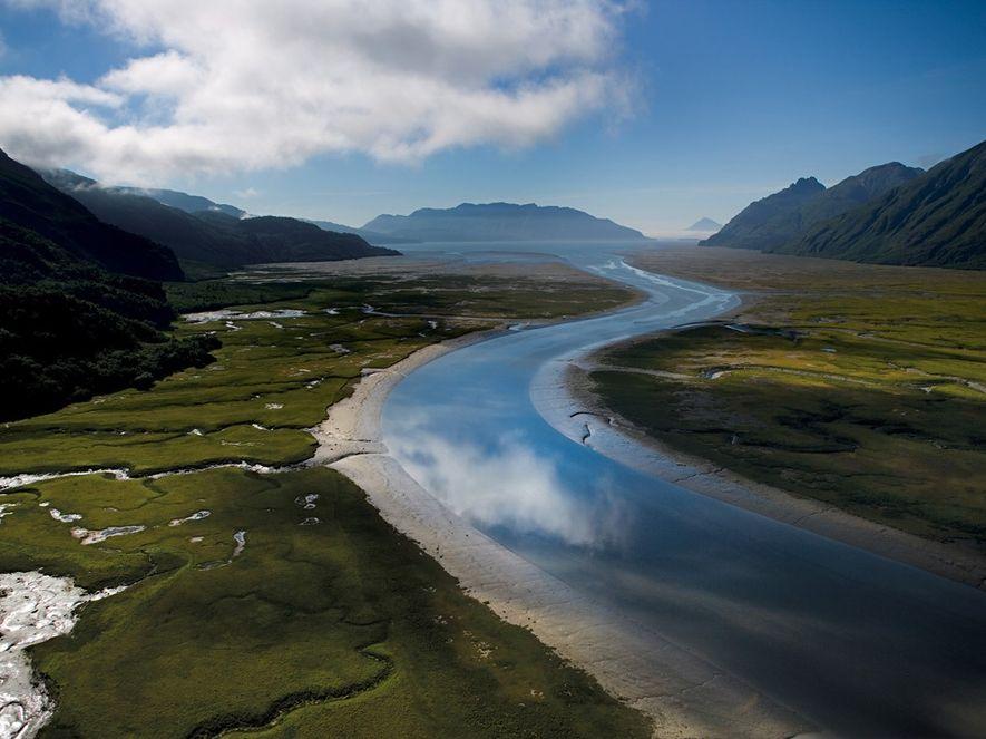 El río Iniskin parece un lazo de cristal conforme fluye hacia la bahía homónima.