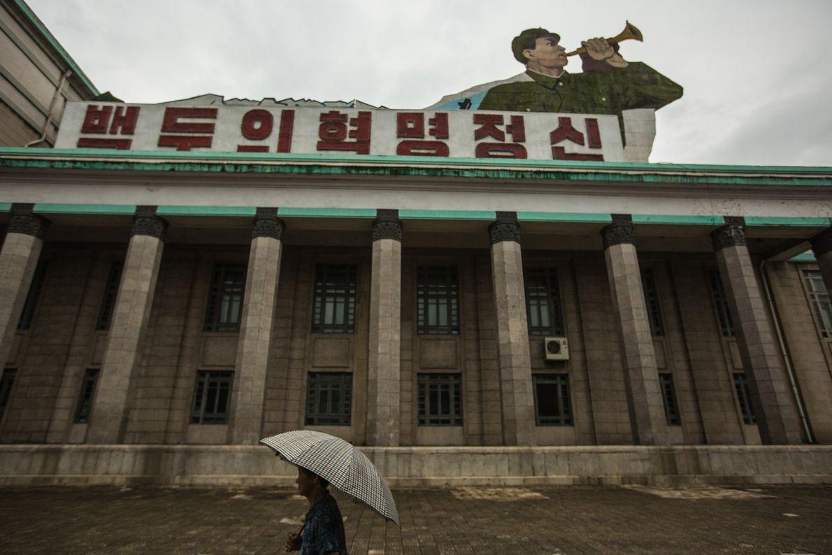 Un hombre atraviesa la plaza de Kim Il Sung
